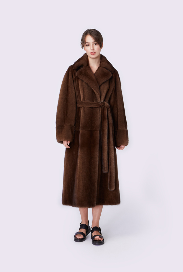 Coat with an English collar with a raglan sleeve